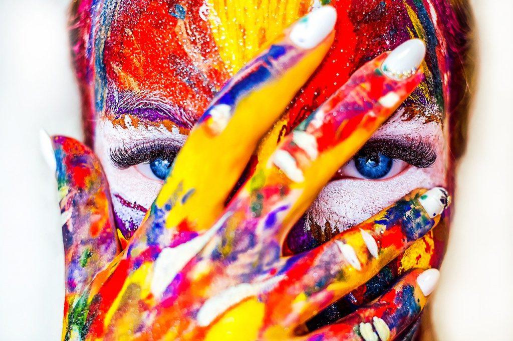 Cara de mulher pintada com diversas cores