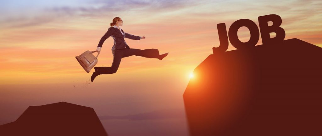 """Marketing Pessoal - imagem de mulher vestida de forma profissional a saltar para um ponto mais alto com a definição de """"Job"""""""