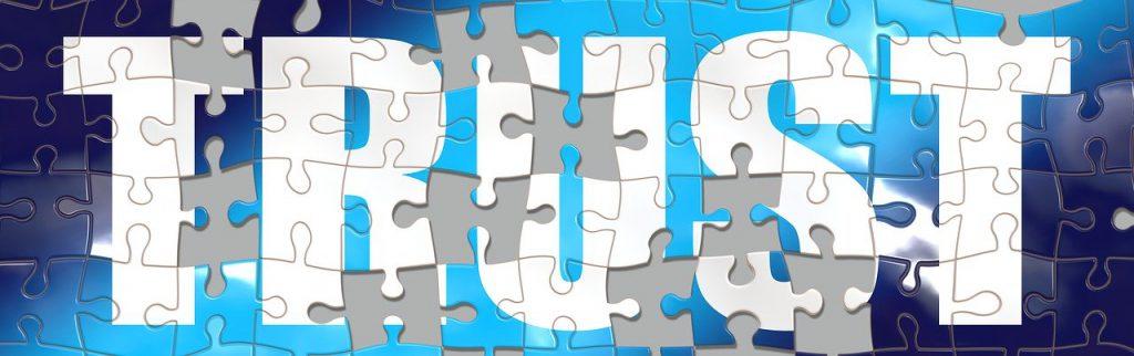 marketing reputacional - palavra Trust escrita em puzzle